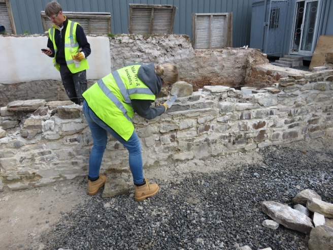 Building a stone wall with lime